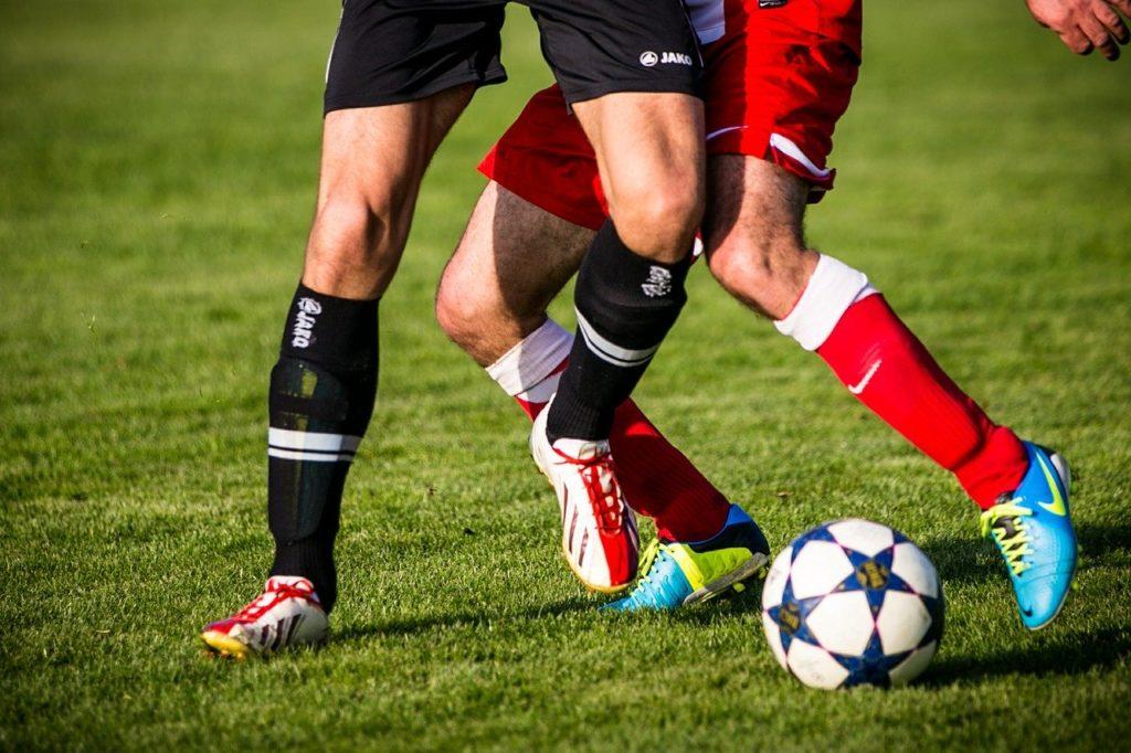 サッカーをしている画像
