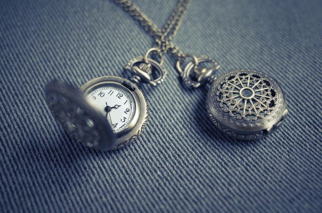 時計が二つ並んでいる画像