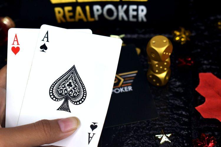 ポーカーをプレイしている画像