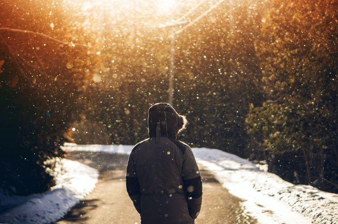 雪山を一人進む画像