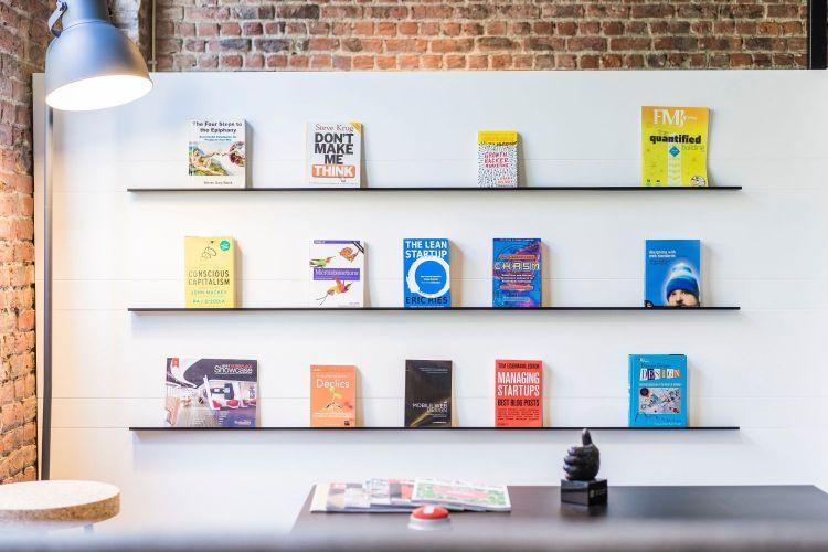 ベンチャー企業の本棚の写真