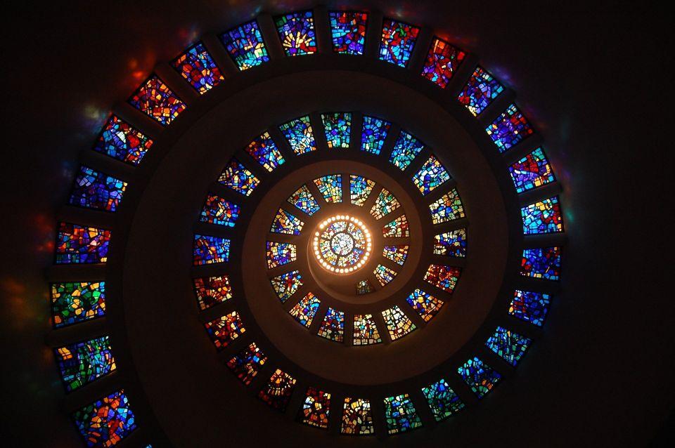 ステンドグラスのスパイラルの写真