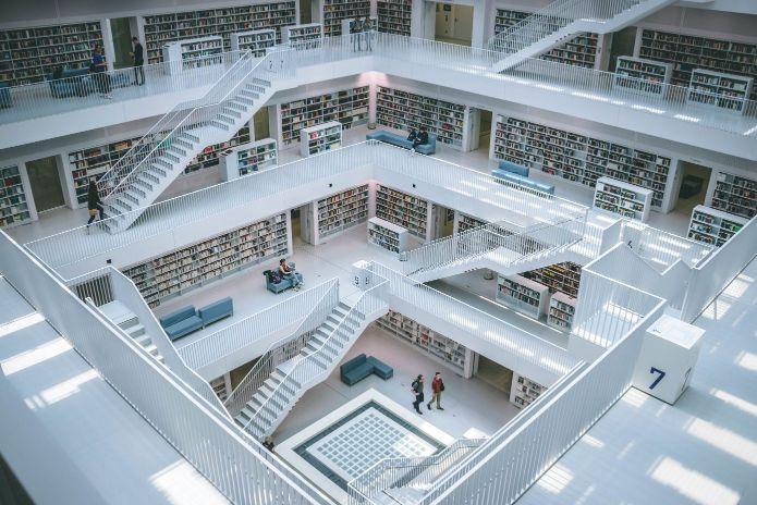 膨大な本がある図書館の画像