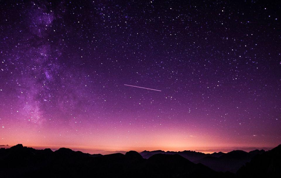 宇宙の受け継ぐものをイメージさせる画像