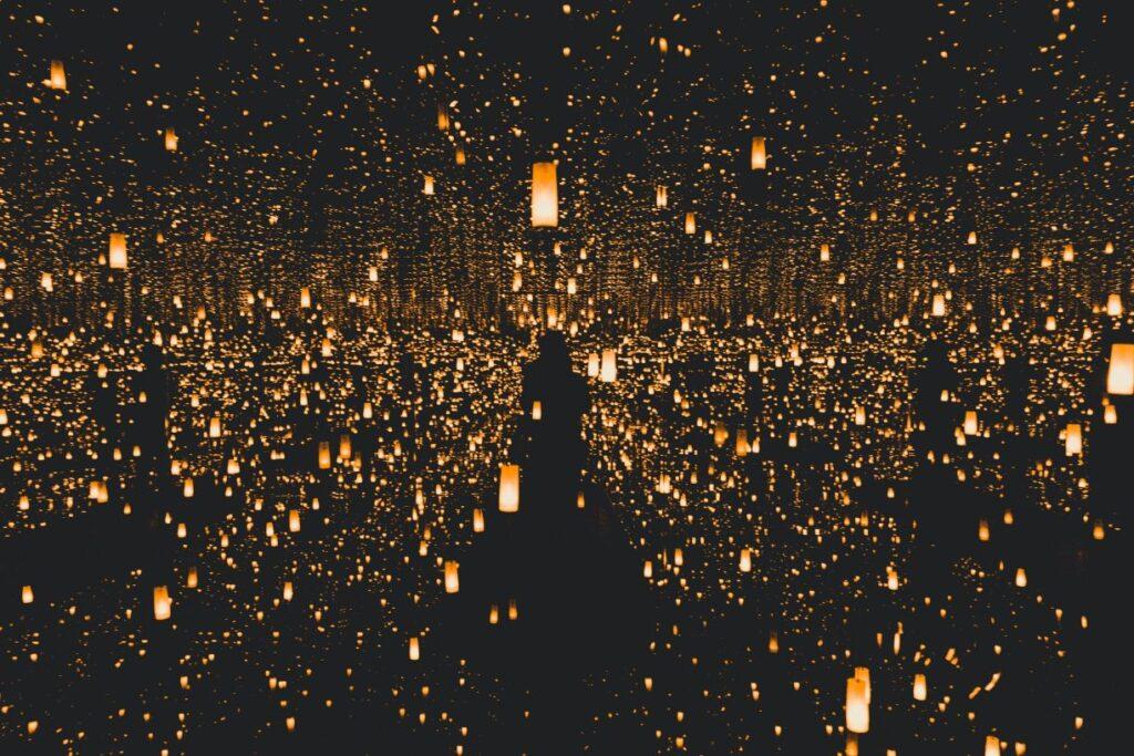 暗闇にたくさんのろうそく(キャンドル)で照らされた魅力的なイメージ画像