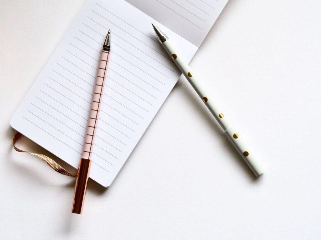 白紙の用紙にこれからペンで問いを立てるイメージ画像