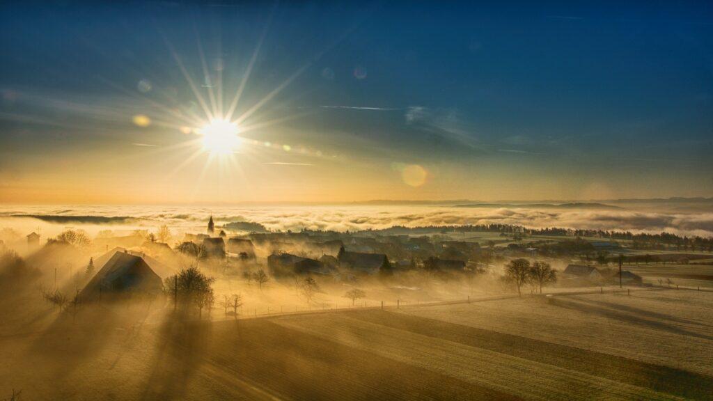 これから朝日が出てくる前の草原様子で問いを見つけるための準備を想起させるイメージ画像